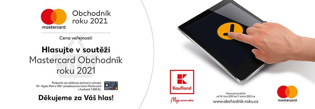Prst kliká na tablet a hlasuje pro Mastercard Obchodníka roku 2021